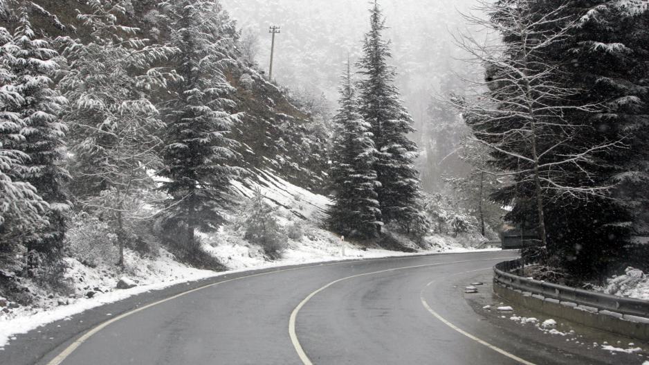 Ανοικτοί αλλά ολισθηροί οι δρόμοι στα ορεινά