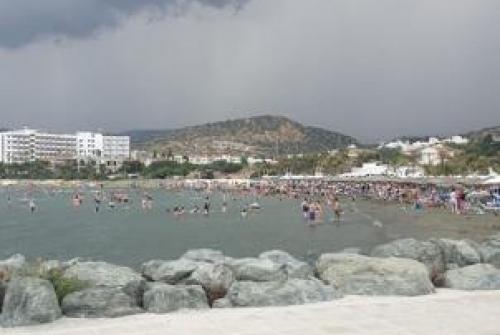 ΒΙΝΤΕΟ: Παραλία, αλλά τα... χάλασε ο καιρός στη Λεμεσό!