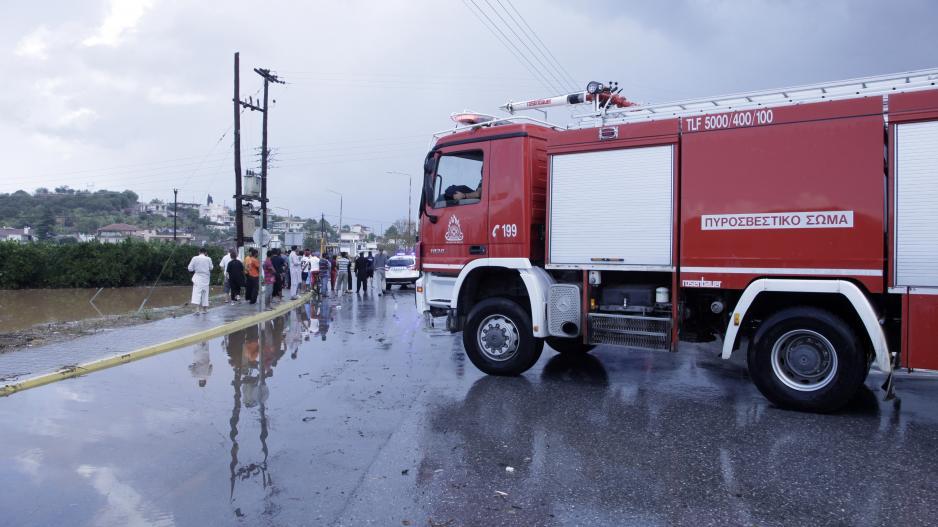 Έτρεχε η Πυροσβεστική: Εγκλωβίστηκαν οδηγοί από τις βροχές