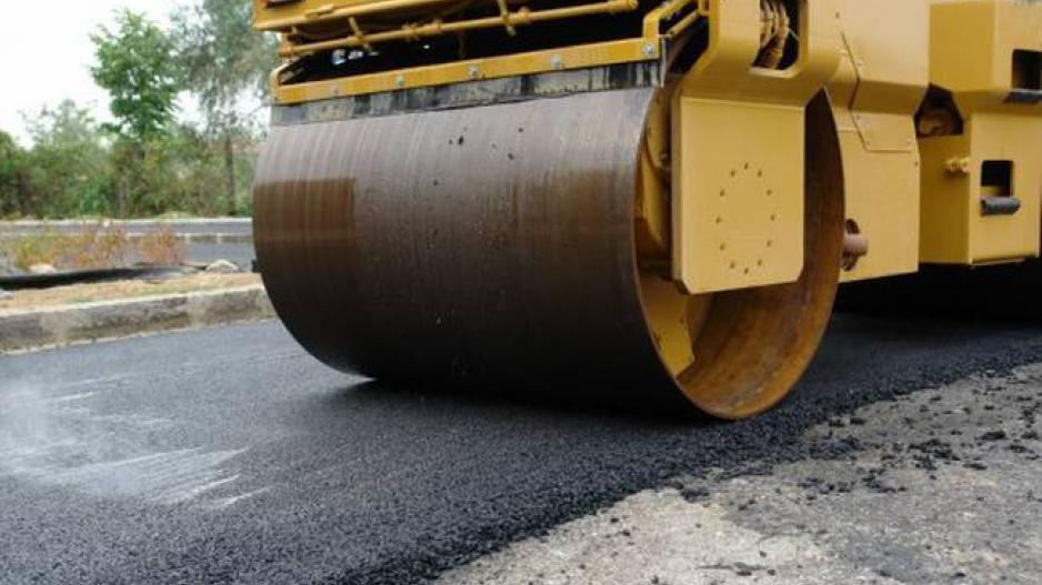 Ασφαλτόστρωση δρόμων στη Δερύνεια
