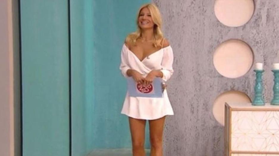1fcaf4b2eb79 Η sexy εμφάνιση της Φαίης Σκορδά στην πρεμιέρα της και το φιλί στον Γιάννη  Λάτσιο (